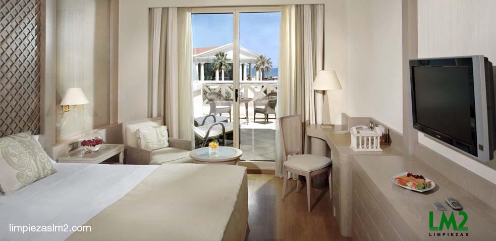 limpieza-de- una-habitacion-de-hotel